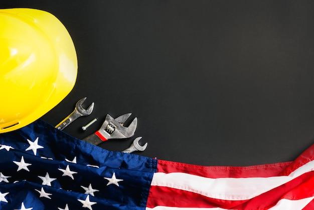 Concetto di festa del lavoro, vista dall'alto piatto di diversi tipi di chiavi con bandiera americana, piatto
