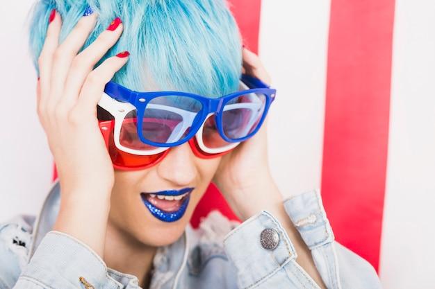 Concetto di festa dell'indipendenza degli stati uniti con donna punk con tre occhiali da sole