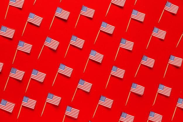 Concetto di festa dell'indipendenza degli stati uniti con il modello delle bandiere