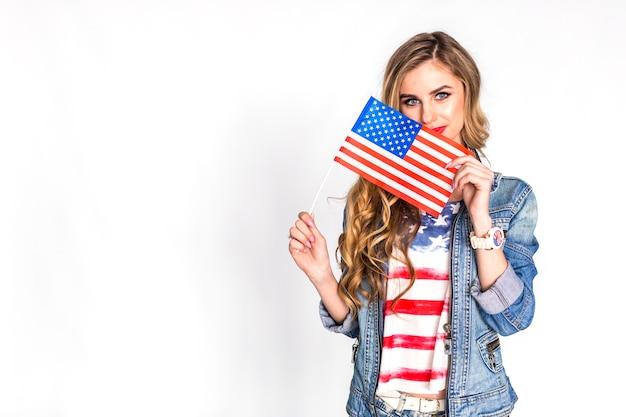 Concetto di festa dell'indipendenza degli stati uniti con la donna che mostra bandiera