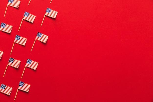 Concetto di festa dell'indipendenza degli sua con le bandiere e il copyspace