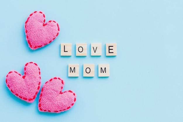 Concetto di festa della mamma. vista superiore del testo di amore della mamma su priorità bassa pastello blu.