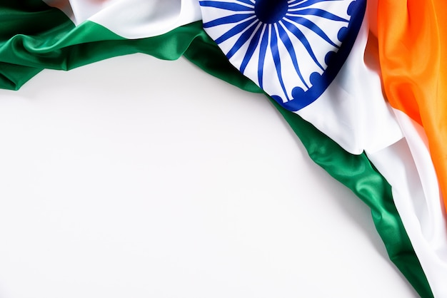 Concetto di festa della repubblica indiana. bandiera indiana contro bianco