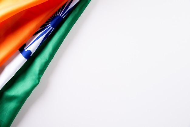 Concetto di festa della repubblica indiana. bandiera indiana su sfondo bianco. 26 gennaio.