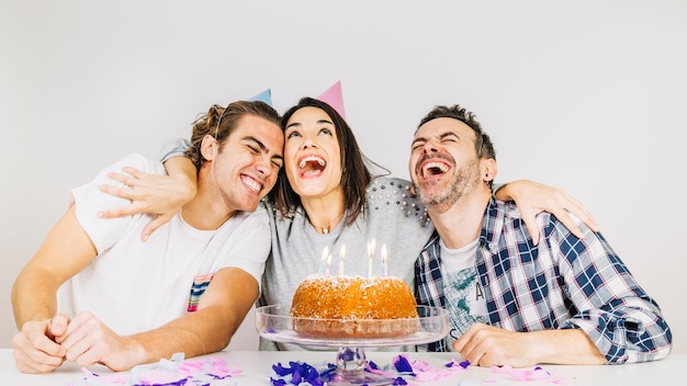 Concetto di festa di compleanno con amici felici