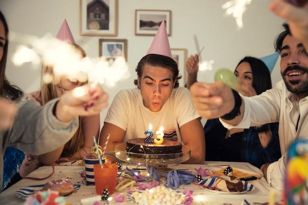 Concetto di festa di compleanno con la torta