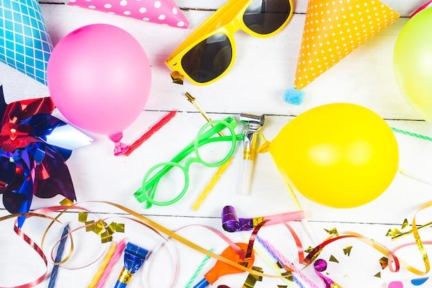 Concetto di festa di compleanno su sfondo bianco modello di vista superiore