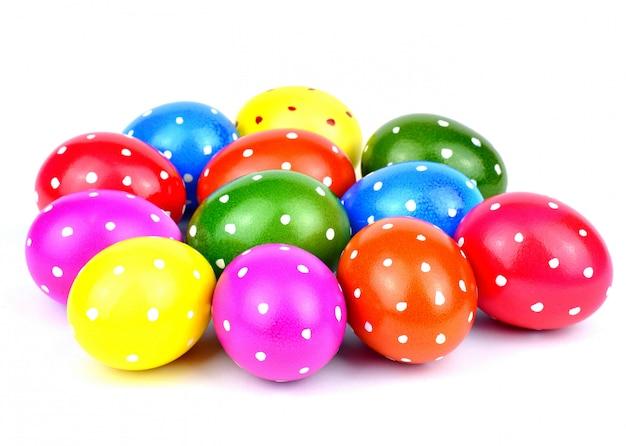 Concetto di festa, di evento e di pasqua - uova pastelli di pasqua in un canestro su un fondo bianco.