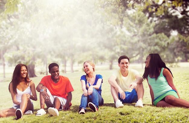 Concetto di festa di rilassamento della squadra di amicizia degli studenti