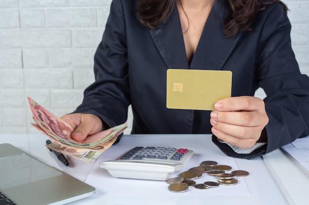 Concetto di finanza e contabilità. donna d'affari, lavorando sulla scrivania