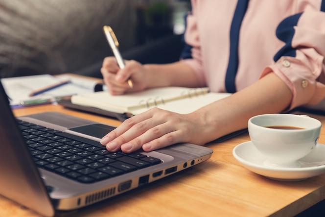 Concetto di finanza e di affari, donna di affari che discute il grafico di analisi di vendita in caffetteria