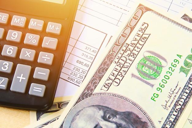 Concetto di finanza. fatture da cento dollari degli stati uniti, calcolatrice, fatture.