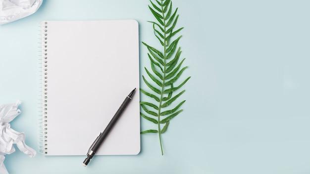Concetto di fiori incantevole con notebook moderno