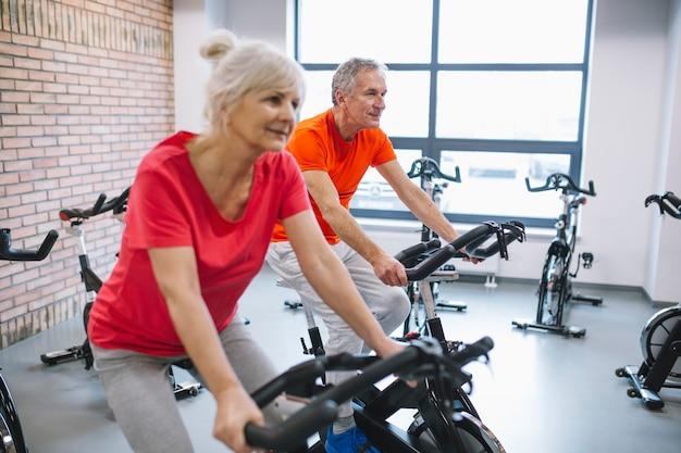 Concetto di fitness con coppia di anziani
