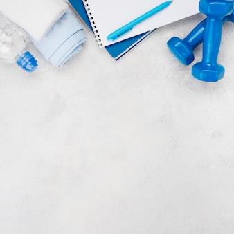 Concetto di fitness con manubri