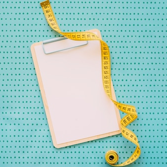 Concetto di fitness con misura di nastro negli appunti