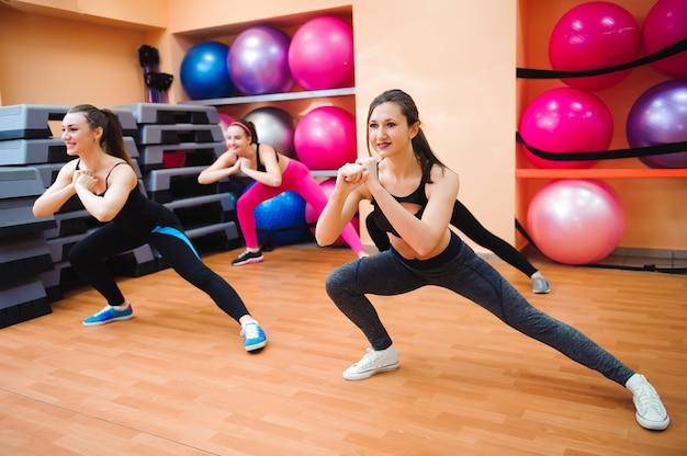 Concetto di fitness, sport, allenamento, palestra e lifestyle