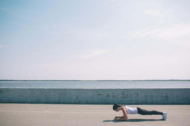 Concetto di fitness, sport, esercizio fisico e stile di vita sano - woma.