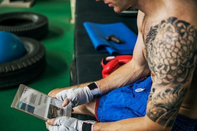 Concetto di forma fisica della palestra di salute di esercizio del pugile del corpo