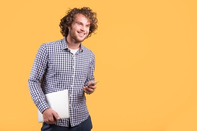 Concetto di freelance con uomo che tiene portatile