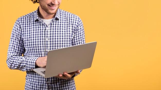 Concetto di freelance con uomo in piedi usando il portatile