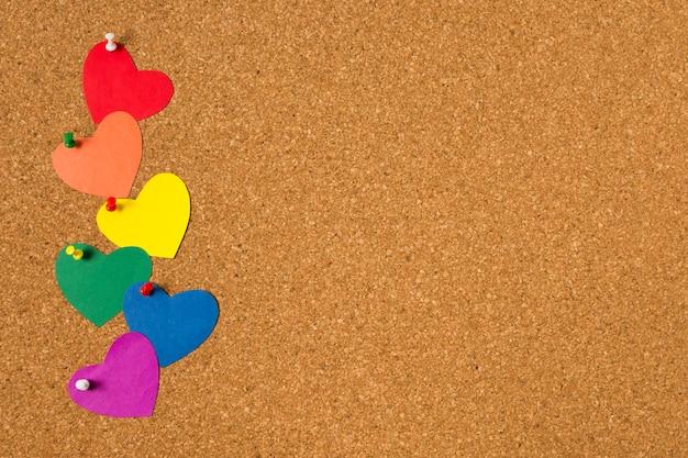 Concetto di gay pride su sfondo di sughero