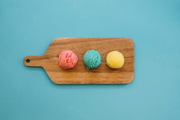 Concetto di gelato con tre palle