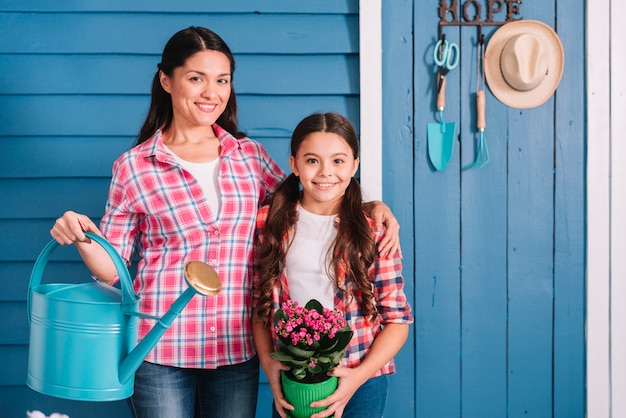 Concetto di giardinaggio con madre e figlia