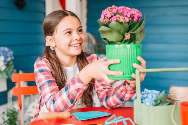 Concetto di giardinaggio con ragazza e pianta
