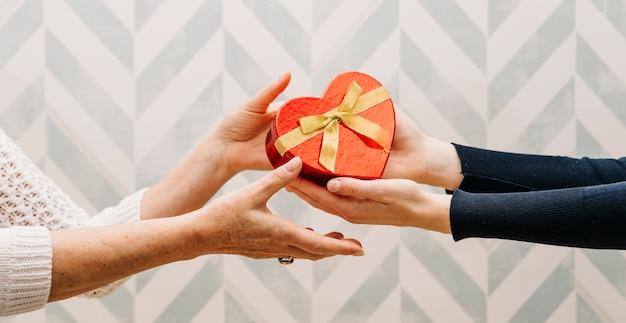 Concetto di gifting per la festa della mamma