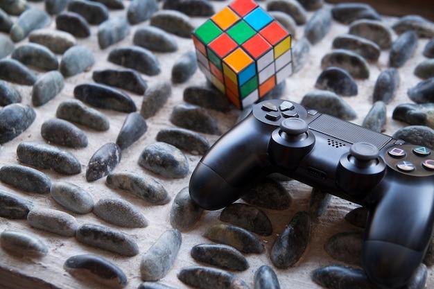 Concetto di gioco concetto puzzle cubo e joystick