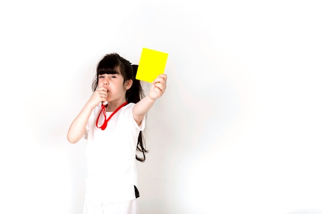 Concetto di gioco del calcio con la ragazza che mostra cartellino giallo e copyspace