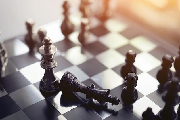 Concetto di gioco di scacchiera, concorrenza e pianificazione strategica delle idee di successo aziendale.