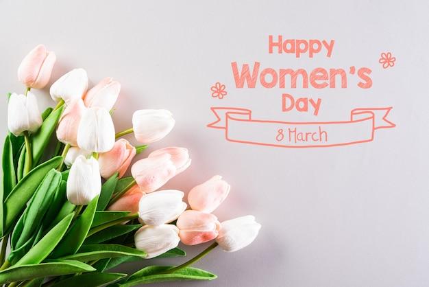 Concetto di giornata internazionale della donna su sfondo grigio.