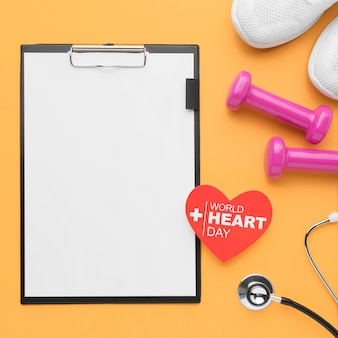 Concetto di giornata mondiale del cuore vista dall'alto con appunti