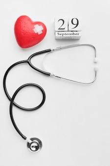 Concetto di giornata mondiale del cuore vista dall'alto con lo stetoscopio