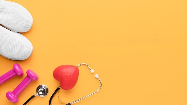 Concetto di giornata mondiale del cuore vista dall'alto con spazio di copia
