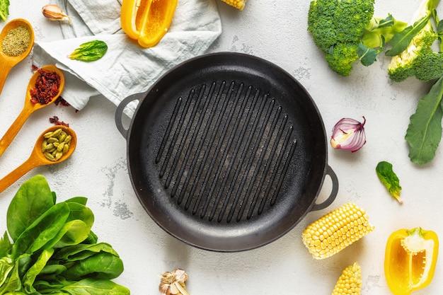 Concetto di giornata mondiale vegan. leccarda vuota con i vari ingredienti vegetariani freschi per la cottura della vista superiore dell'alimento grigliato vegano