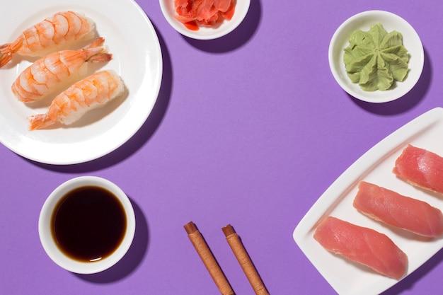 Concetto di giorno dei sushi del primo piano con la salsa di soia