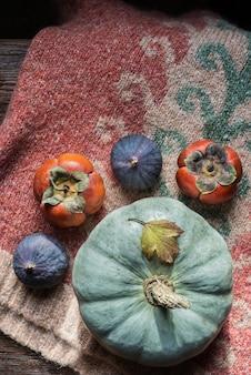 Concetto di giorno del ringraziamento. accogliente composizione con frutta e verdura
