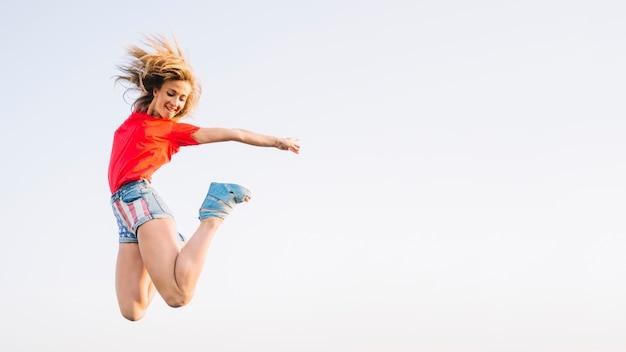 Concetto di giorno di indipendenza con la ragazza di salto