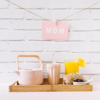 Concetto di giorno di madri con colazione fresca