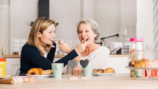 Concetto di giorno di madri con colazione