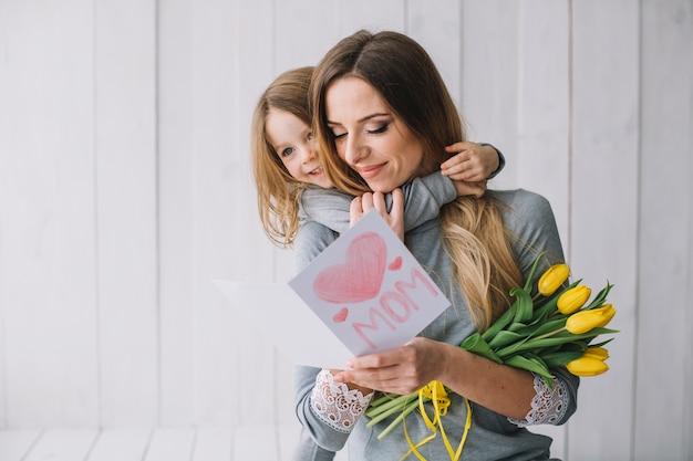 Concetto di giorno di madri con giovane madre e figlia