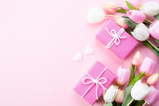 Concetto di giorno di madri felice. vista dall'alto di fiori di tulipano rosa, confezione regalo