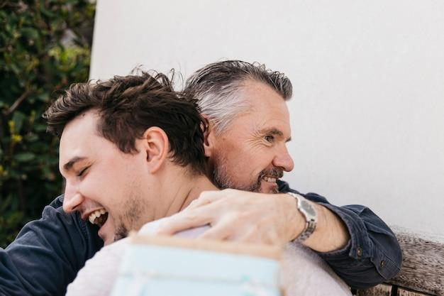 Concetto di giorno di padri con abbraccio