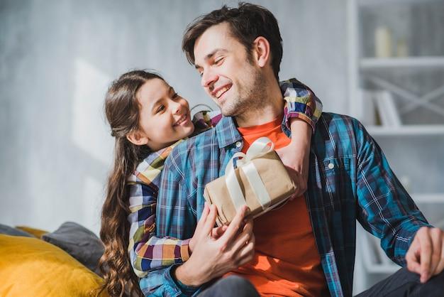 Concetto di giorno di padri con felice padre e figlia