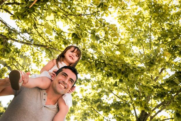 Concetto di giorno di padri con la famiglia all'aperto