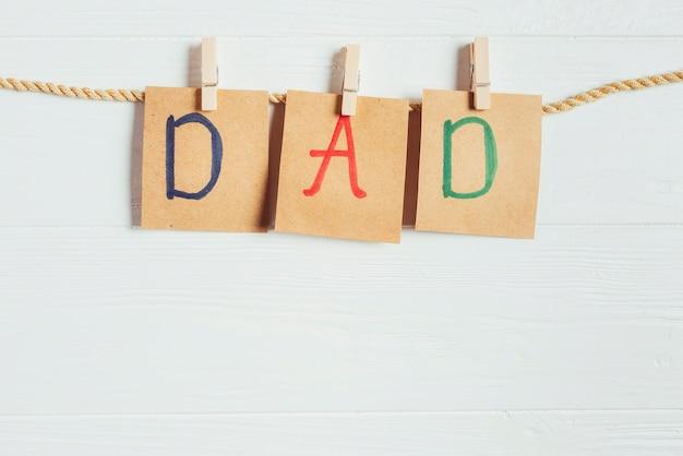 Concetto di giorno di padri con lettere su stendibiancheria
