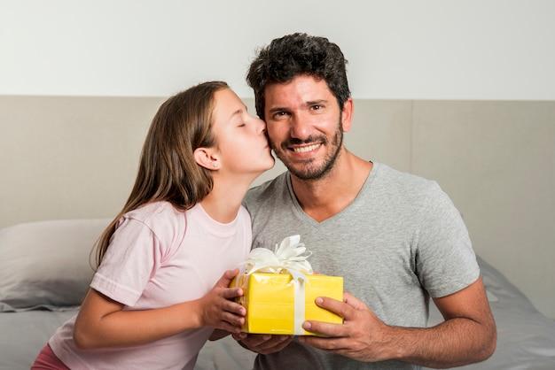 Concetto di giorno di padri con scatola presente
